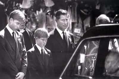 戴安娜的葬礼.左起是她的两个儿子及前夫查尔斯